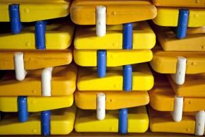 Staplade gula flythjälpmedel