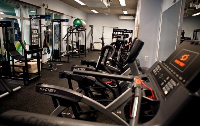 Gymmaskiner och redskap på gym