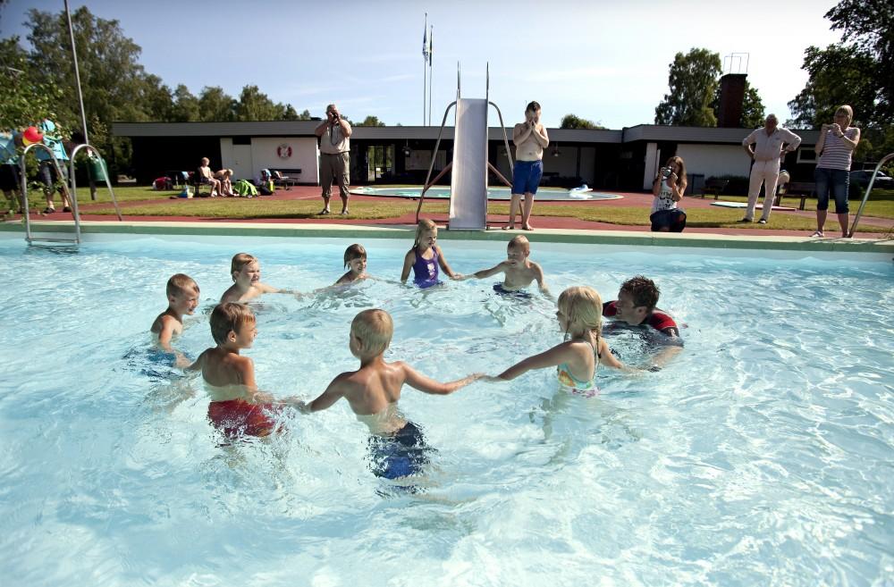 Barn dansar i ring i bassäng