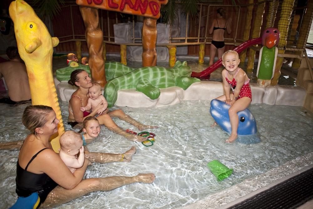 Två kvinnor med fyra barn i badlandskap